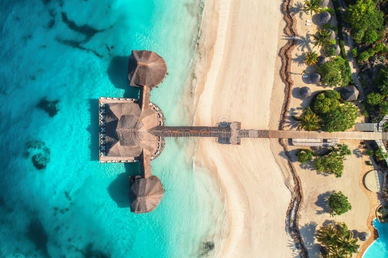 Vista aérea del hotel hermoso en el Océano Índico en la salida del sol fotos de archivo libres de regalías