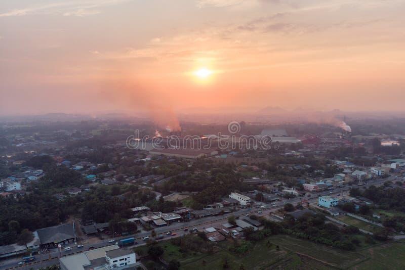 Vista aérea del humo de la emisión de la fábrica en la atmósfera en centro de la ciudad foto de archivo libre de regalías