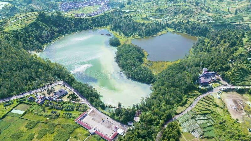 Vista aérea del lago color en la meseta de Dieng imagenes de archivo