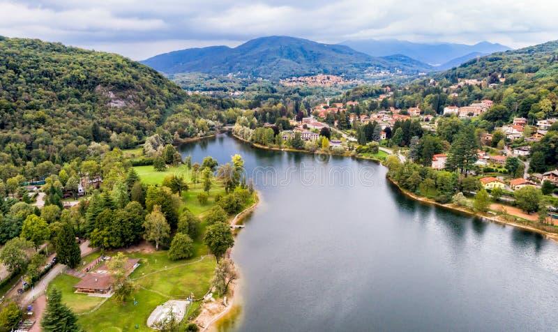 Vista aérea del lago Ghirla en la provincia de Varese fotografía de archivo