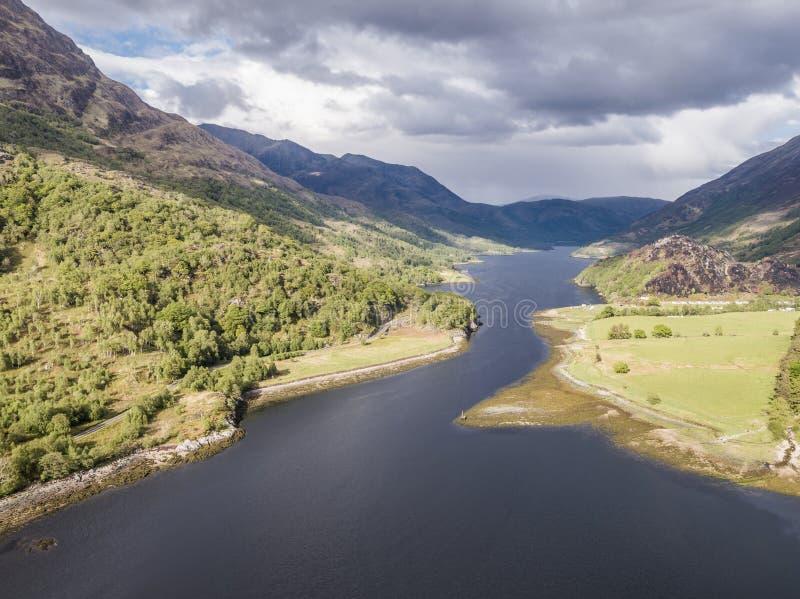 Vista aérea del lago Leven hacia Caolasnacon y KInlochleven, Lochaber imagenes de archivo
