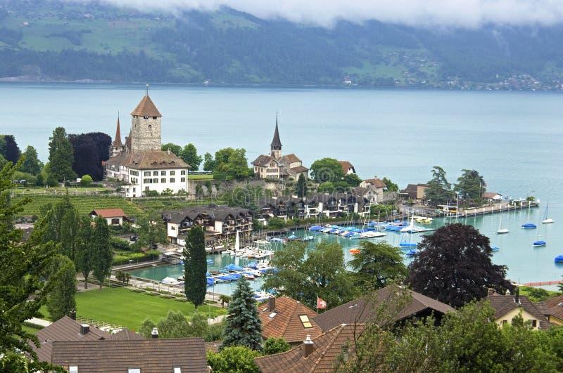 Vista aérea del lago Thun con las montañas del puerto deportivo y del suizo imagenes de archivo