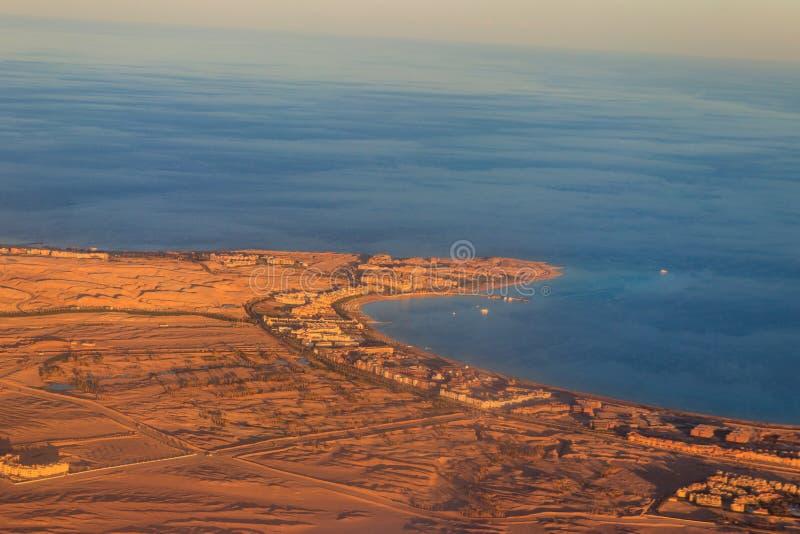 Vista aérea del Mar Rojo, desierto árabe y centro turístico cerca de Hurghada, Egipto Vista desde avión imagen de archivo libre de regalías