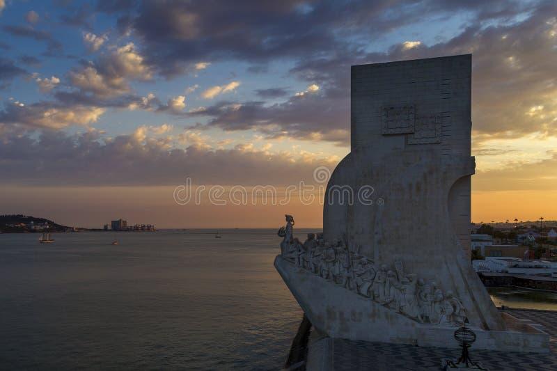 Vista aérea del monumento al DOS Descobrimentos de Padrao de los descubrimientos en la ciudad de Lisboa, Portugal, en la puesta d foto de archivo