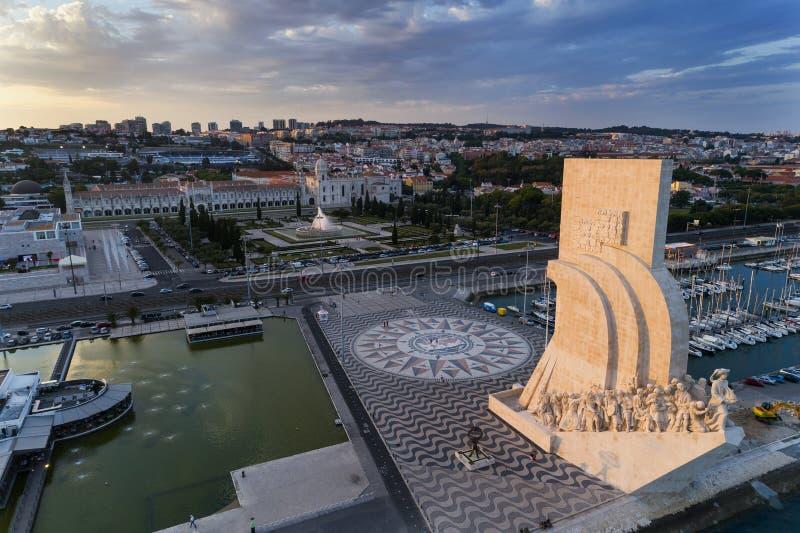 Vista aérea del monumento a los descubrimientos en la ciudad de Lisboa en la puesta del sol; imagen de archivo libre de regalías