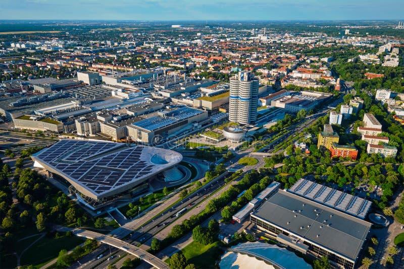 Vista aérea del museo de BMW y verdugón y fábrica de BWM Munich, germen imagenes de archivo