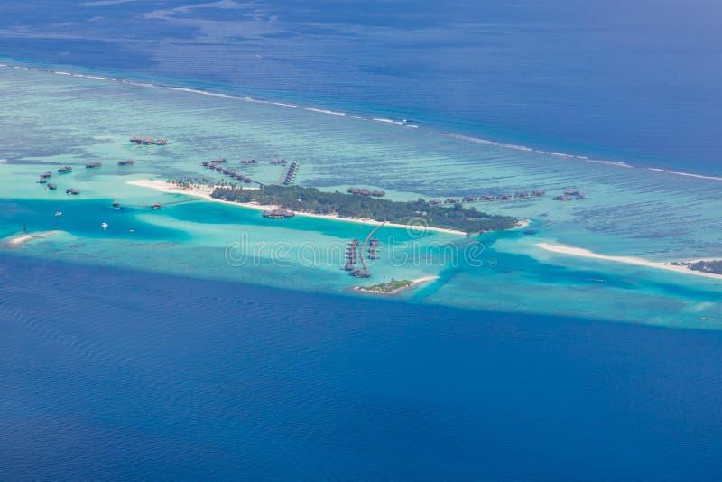 Vista aérea del paisaje de la playa de Maldivas Opinión de la isla de Maldivas del hidroavión o del abejón foto de archivo