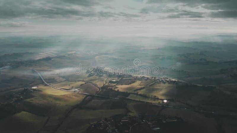 Vista aérea del paisaje hermoso de Toscana en un día parcialmente nublado, Italia imagen de archivo libre de regalías