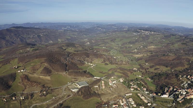 Vista aérea del paisaje montañoso de la región en un día soleado del invierno, Italia de Emilia-Romagna foto de archivo libre de regalías