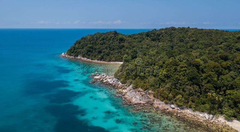 Vista aérea del paisaje panorámico hermoso de la isla tropical de Perhentian con la playa arenosa del agua y de la selva cristali imagen de archivo libre de regalías