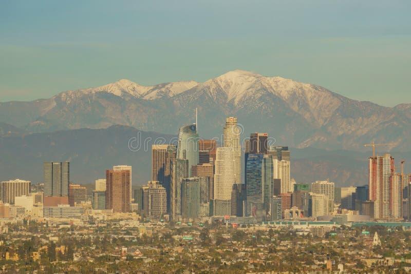 Vista aérea del paisaje urbano céntrico hermoso de Los Angeles con el mt baldy imagenes de archivo