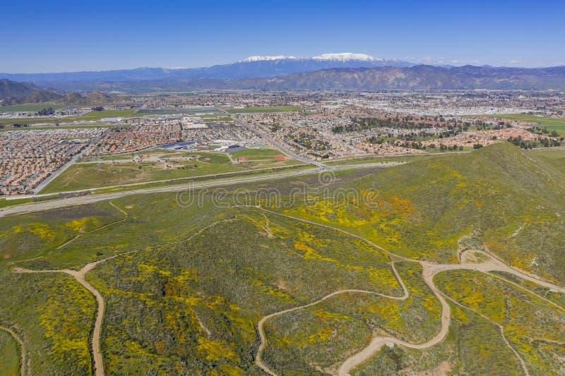 Vista aérea del paisaje urbano de Hemet y del flor de la flor salvaje imagenes de archivo