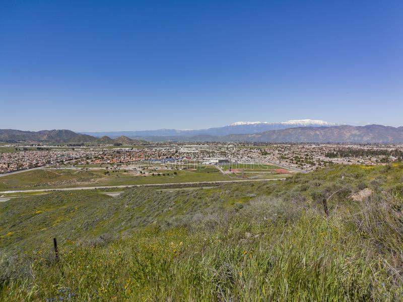 Vista aérea del paisaje urbano de Hemet y del flor de la flor salvaje imagen de archivo