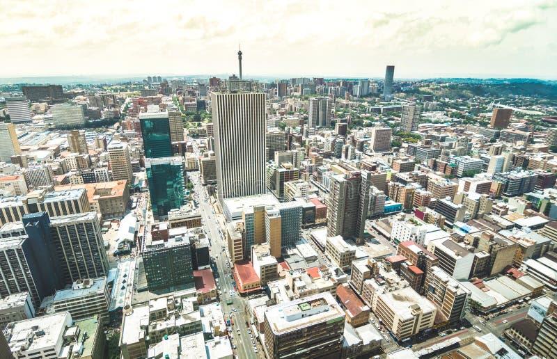 Vista aérea del paisaje urbano de los rascacielos en el distrito financiero de Johannesburgo - concepto de la arquitectura con ho imagen de archivo