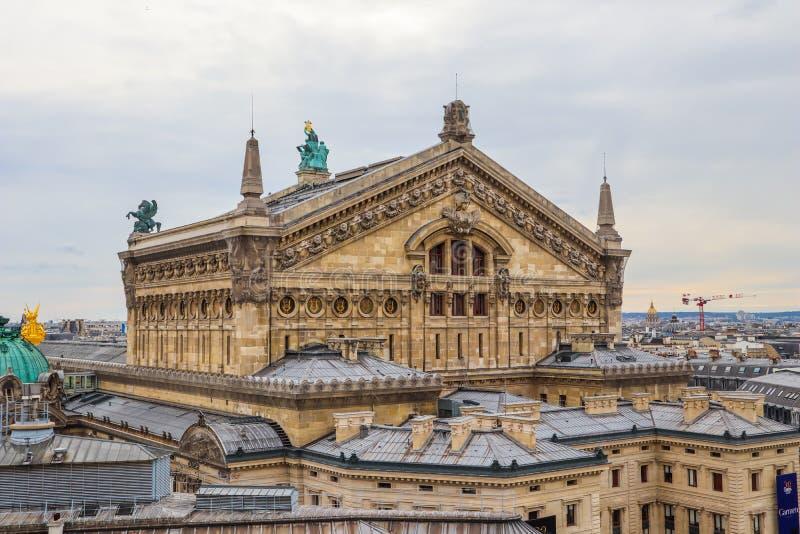 Vista aérea del Palais Garnier de la ópera de París y del paisaje urbano Par?s Francia En abril de 2019 imagen de archivo