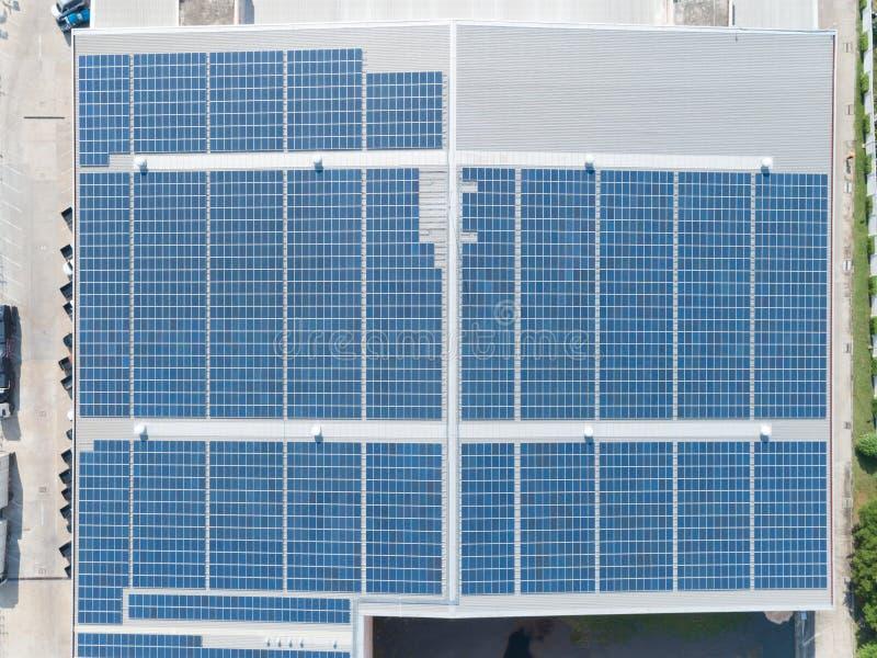 Vista aérea del panel solar en el tejado de la fábrica, creación eléctrica de energía solar de los paneles en un edificio de alma imagen de archivo libre de regalías