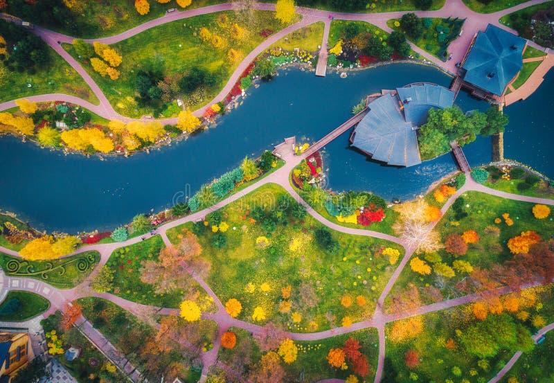 Vista aérea del parque asombroso del otoño con la charca en Europa foto de archivo
