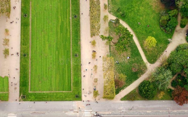 Vista aérea del parque de la ciudad de París de la torre de Effel fotografía de archivo libre de regalías
