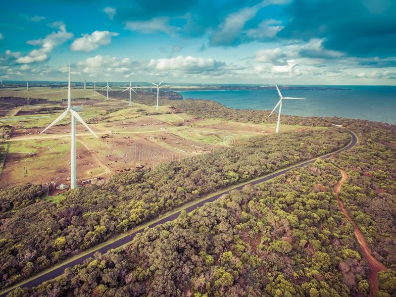 Vista aérea del parque eólico, del océano y de campos agrícolas en Australia La imagen tiene una sensación retra fotos de archivo
