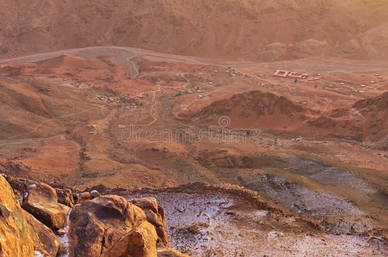 Vista aérea del pequeño pueblo en el pie del soporte Horeb, Gabal Musa, Moses Mount del monte Sinaí durante salida del sol Peníns imagen de archivo