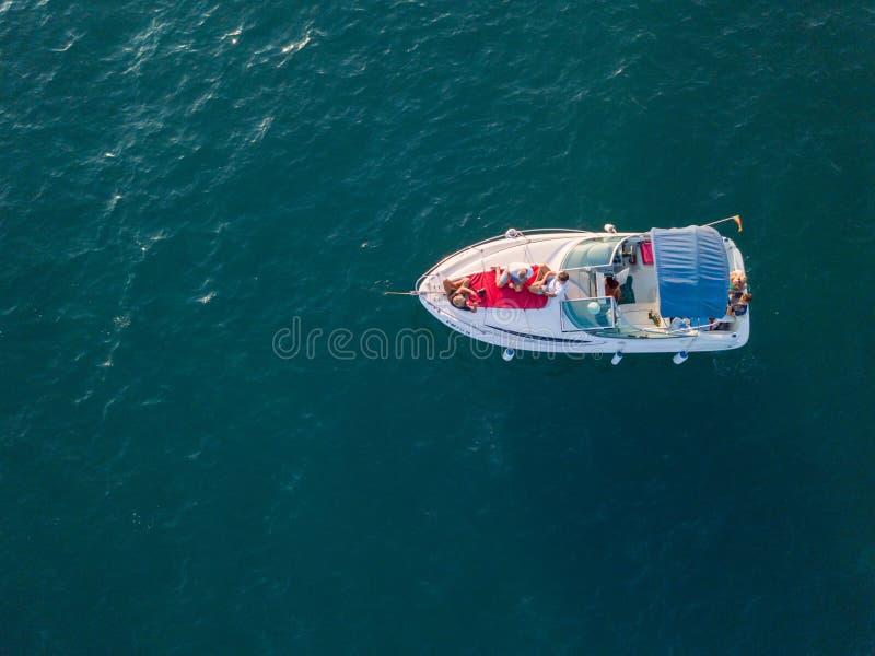 Vista aérea del pequeño yate que flota en el mar imagenes de archivo