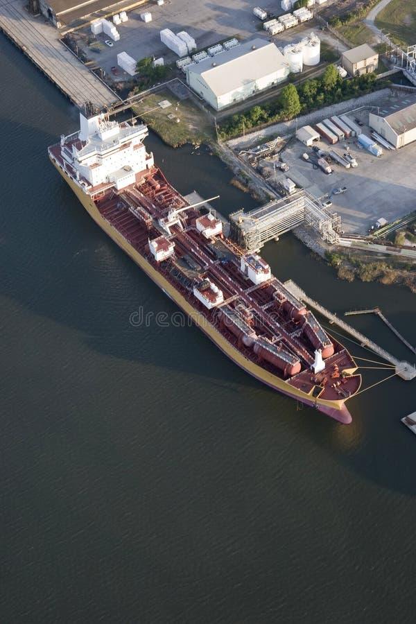 Vista aérea del petrolero en acceso foto de archivo libre de regalías