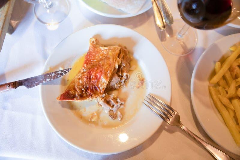 Vista aérea del plato con el pedazo de cordero asado en la tabla de restaurante fotos de archivo libres de regalías