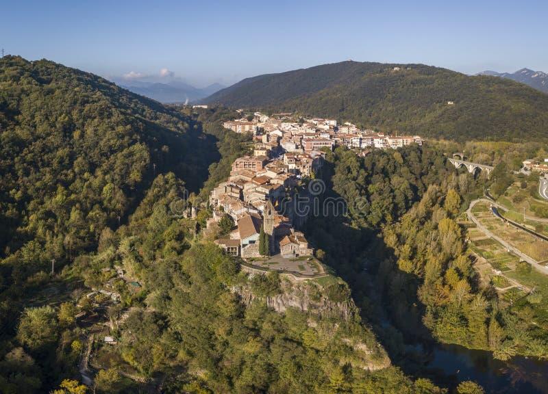 Vista aérea del pueblo del acantilado de Castellfollit de la Roca en Cataluña fotos de archivo