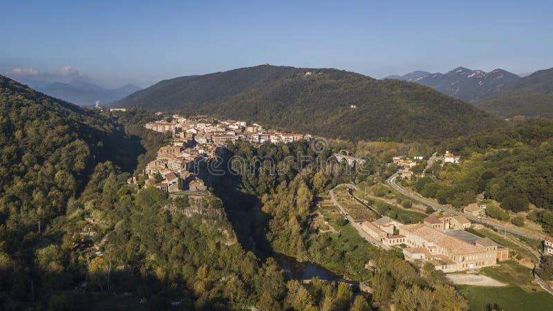 Vista aérea del pueblo del acantilado de Castellfollit de la Roca en Cataluña imagenes de archivo