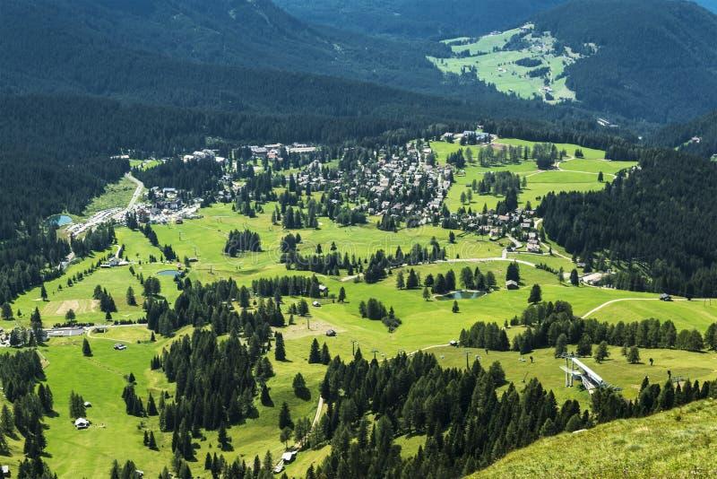 Vista aérea del pueblo de Karersee, Dolomiti imagen de archivo
