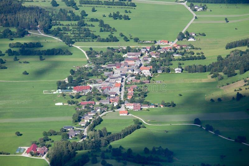 Vista aérea del pueblo de montaña foto de archivo