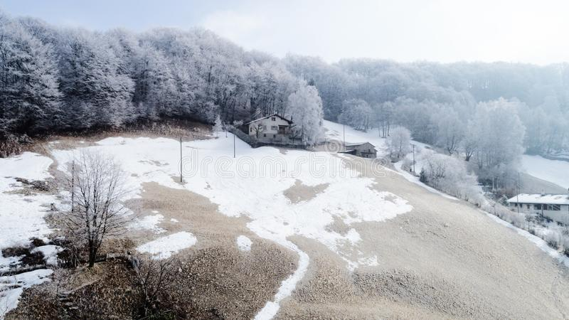 Vista aérea del pueblo de montaña, nadie en la escena fotografía de archivo
