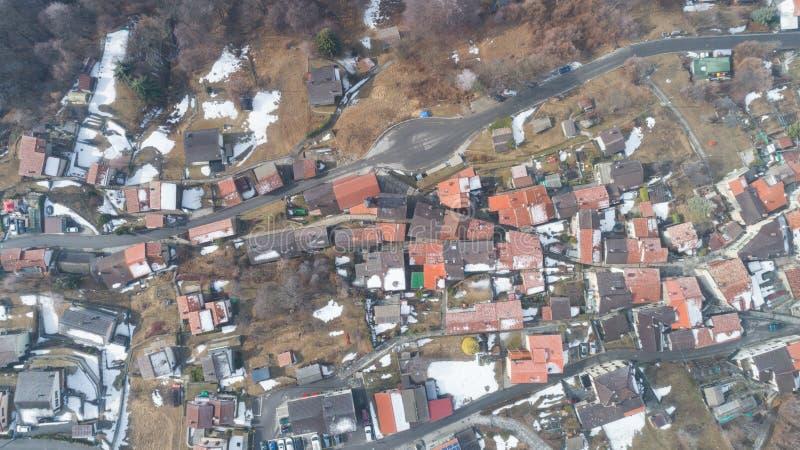 Vista aérea del pueblo de montaña, nadie en la escena imágenes de archivo libres de regalías