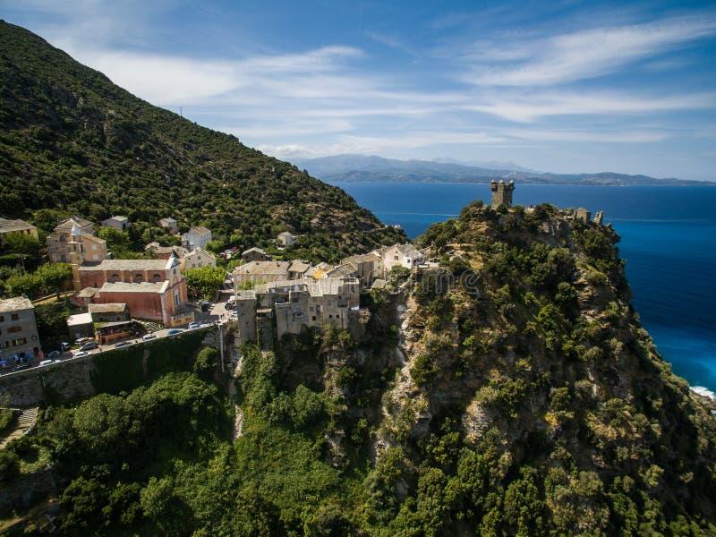 Vista aérea del pueblo hermoso de Nonza, en Cap Corse fotografía de archivo