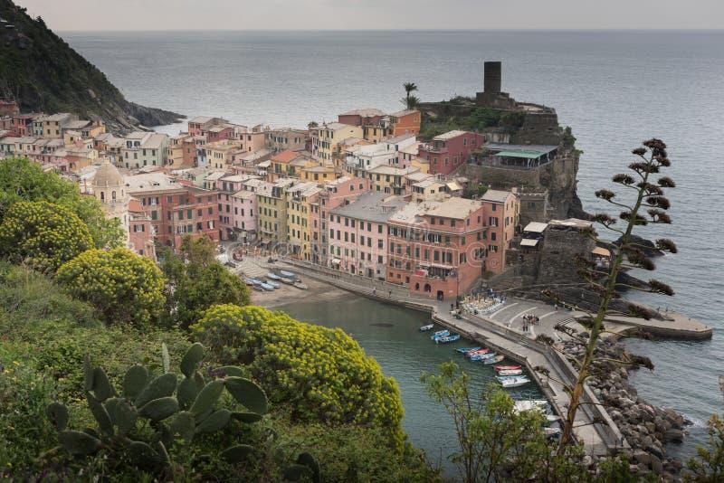 Vista aérea del pueblo pesquero de Vernazza en la puesta del sol, paisaje marino en cinco tierras, Cinque Terre National Park imágenes de archivo libres de regalías