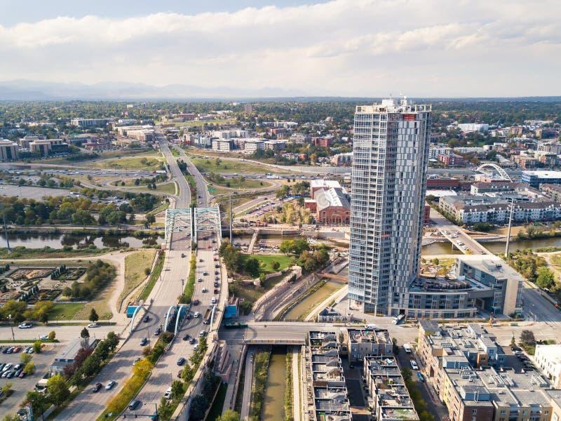 Vista aérea del puente del arco en el bulevar de Speer y la ciudad de Denver imágenes de archivo libres de regalías