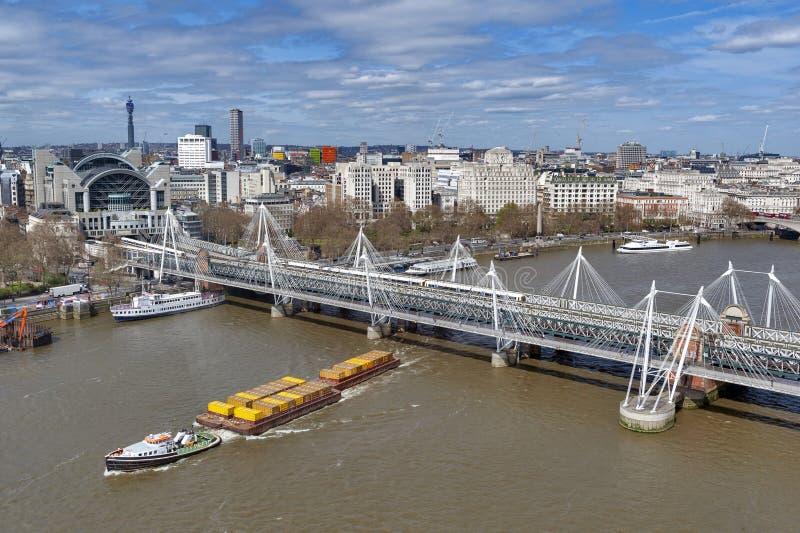 Vista aérea del puente de Hungerford y de los puentes de oro del jubileo sobre el río Támesis en Londres, Inglaterra, Reino Unido imagen de archivo