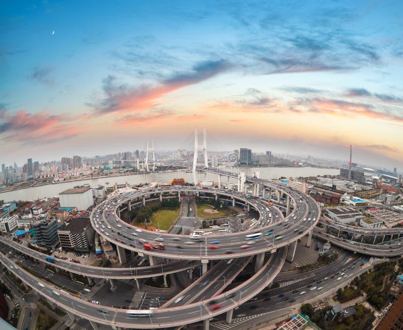 Vista aérea del puente del nanpu de Shangai en puesta del sol fotografía de archivo libre de regalías