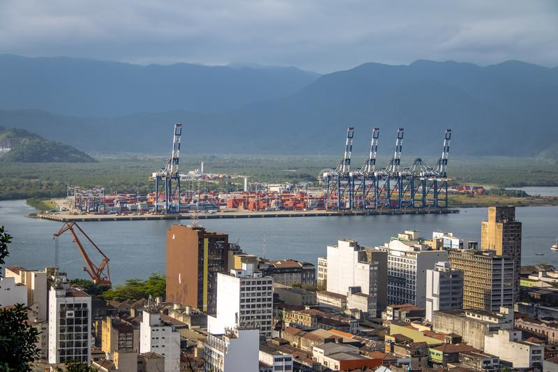 Vista aérea del puerto de Santos y Santos City - Santos, Sao Paulo, el Brasil fotografía de archivo