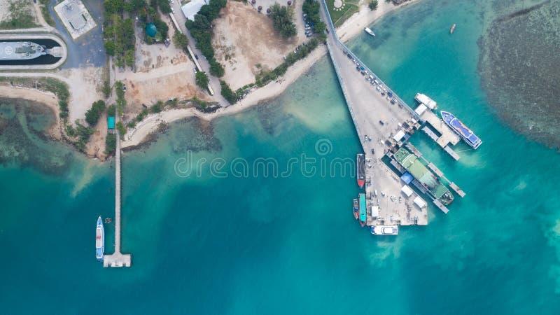 Vista aérea del puerto del international de Koh Phangan fotos de archivo