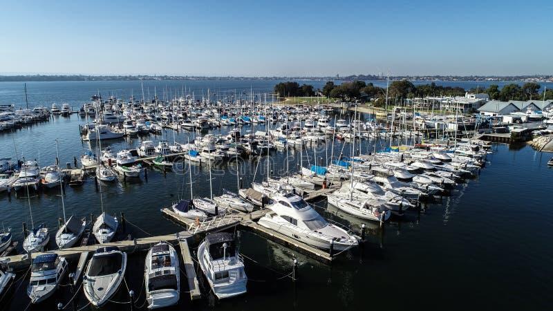 Vista aérea del puerto deportivo del canotaje con los yates y las lancha de carreras en el río del cisne en Perth, Australia occi imágenes de archivo libres de regalías