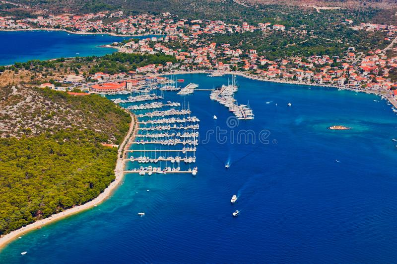Vista aérea del puerto deportivo en el mar adriático, Rogoznica, Croacia foto de archivo