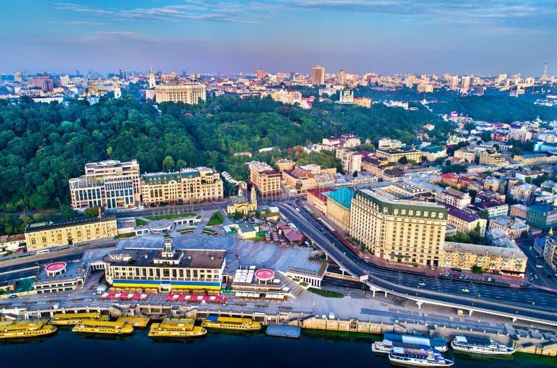 Vista aérea del puerto fluvial, de Podil y del cuadrado postal en Kiev, Ucrania foto de archivo libre de regalías