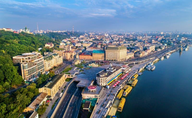 Vista aérea del puerto fluvial, de Podil y del cuadrado postal en Kiev, Ucrania imagen de archivo libre de regalías