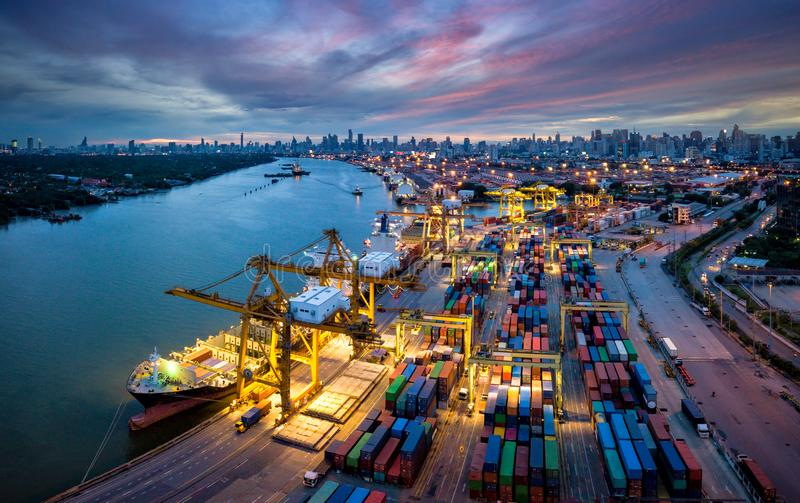 Vista aérea del puerto internacional con los envases del cargamento de la grúa fotos de archivo libres de regalías