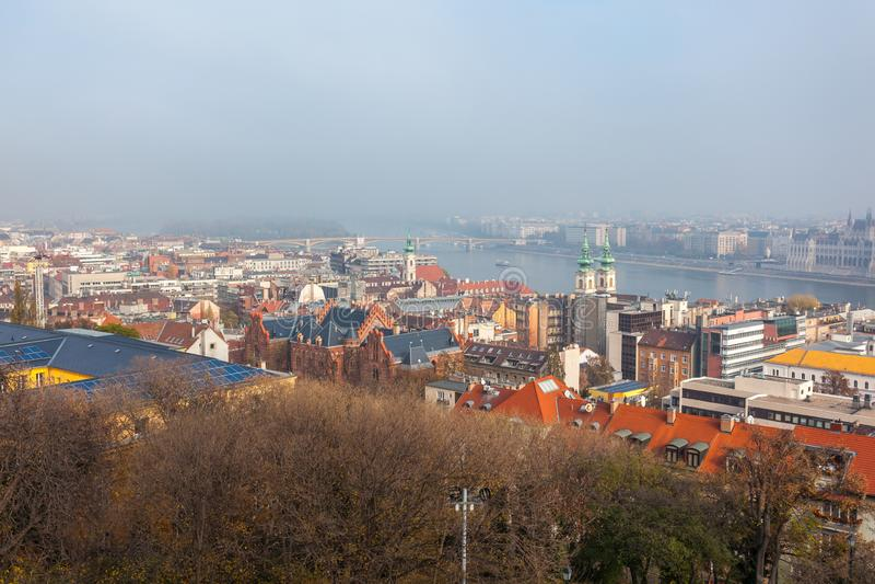 Vista aérea del río Danubio en Budapest en día de niebla fotos de archivo