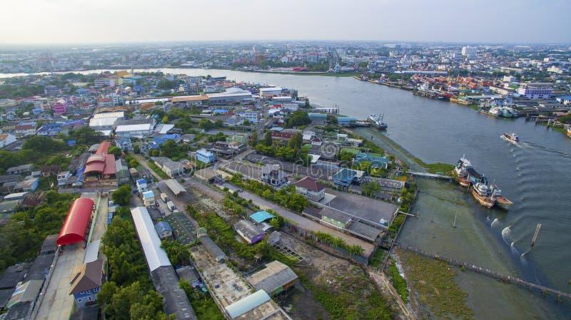Vista aérea del río de la barbilla del tha en cercanía del samtuhsakorn del mahachai fotos de archivo