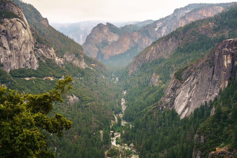 Vista aérea del río de Merced que fluye del valle de Yosemite imagenes de archivo