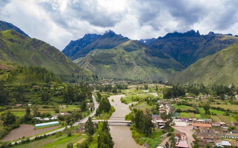 Vista aérea del río en el valle sagrado de los incas cerca de la ciudad de Urubamba fotos de archivo