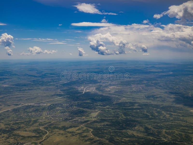 Vista aérea del rancho y del pueblo de Bosque verde, visión de las montañas desde foto de archivo